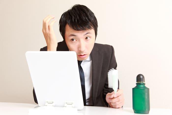 育毛剤を使用している男性画像