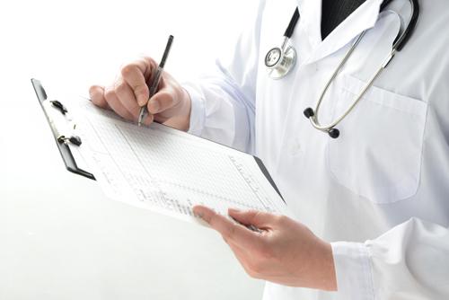 不妊の検査をする医者