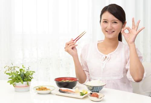 食事に気を付ける女性