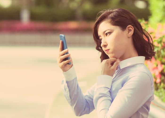 スマホのAPN設定方法が分からずに悩む女性