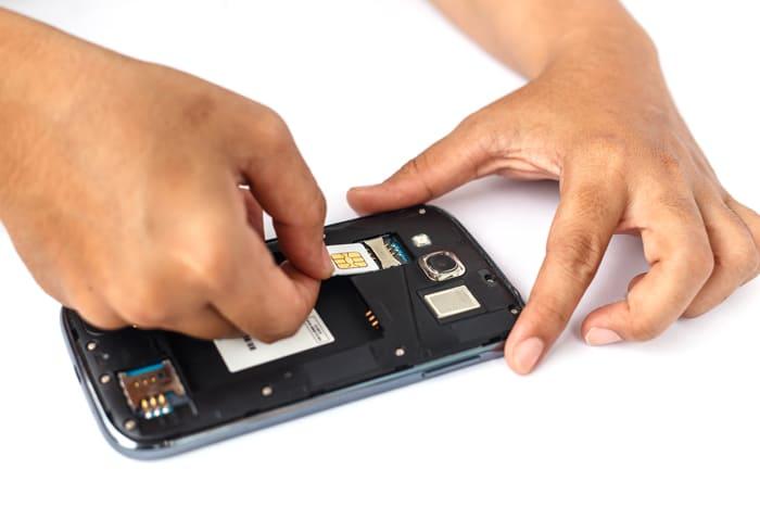 SIMカードを入れ替える画像