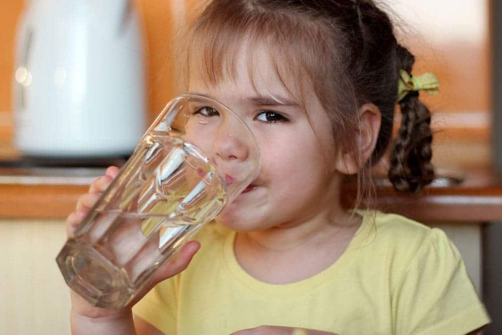 ウォーターサーバーの水を飲む女の子